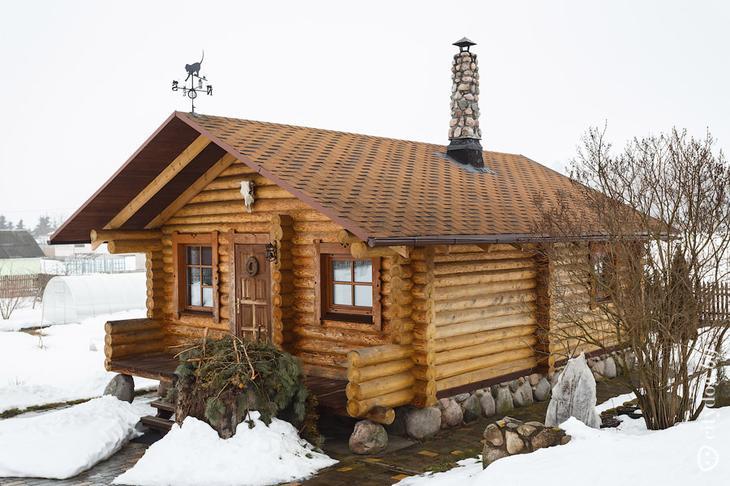 Изба-студия с кроватью под крышей и расписной печью