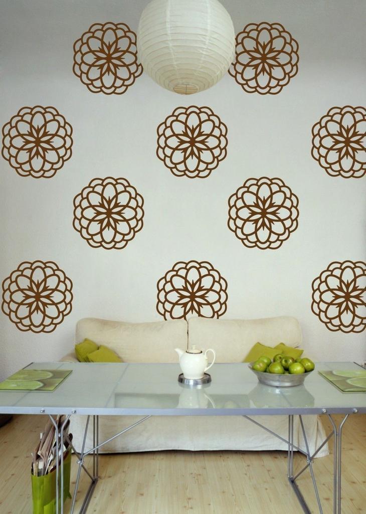 Контрастные коричневые цветы не светлой стене