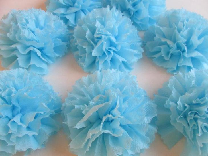 Несколько готовых помпонов из голубых салфеток