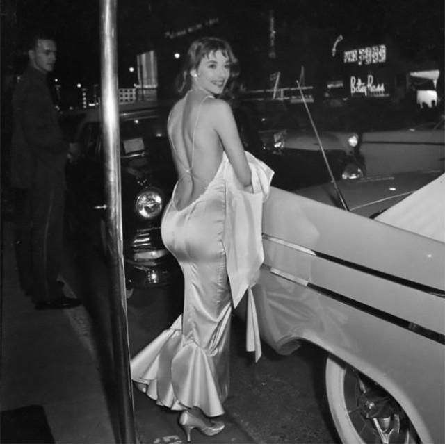 Викки Дуган: соблазнительная секс-бомба, чьи смелые платья с открытой спиной вдохновили женскую моду 1950-х