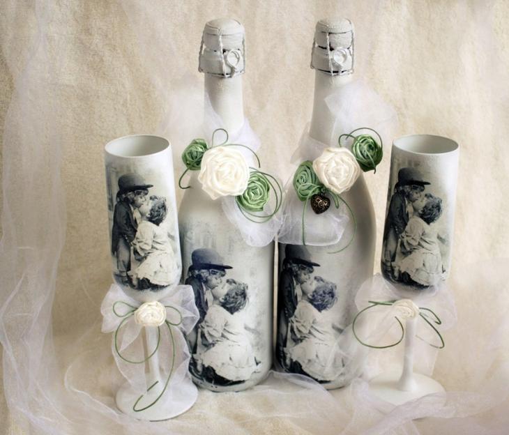 Вот такие милые бутылки и бокалы, украшенные салфетками для декупажа, лентами и цветами
