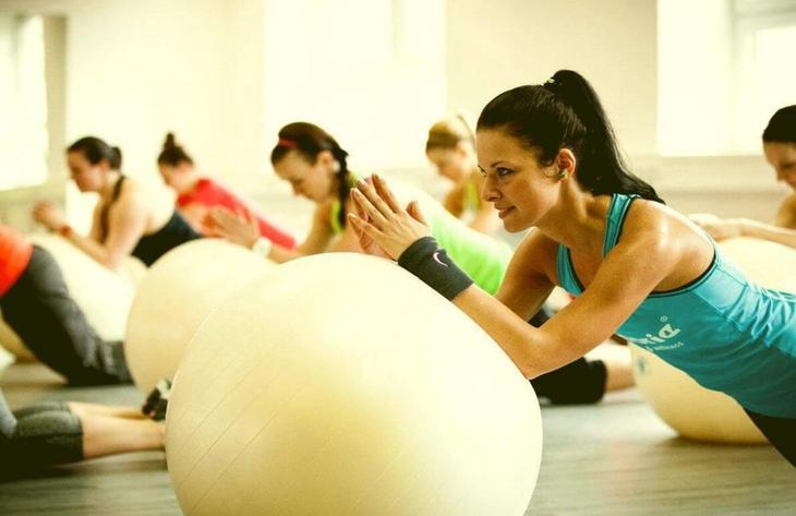 Упражнения с мячом помогут вернуть телу тонус