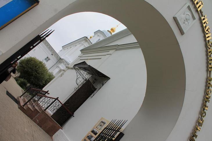 Вход на подворье монастыря