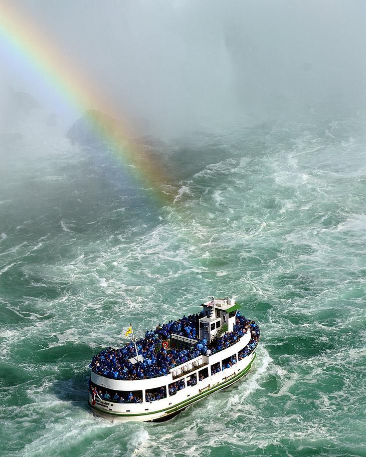 Туристическое судно с канадской стороны Ниагарского водопада