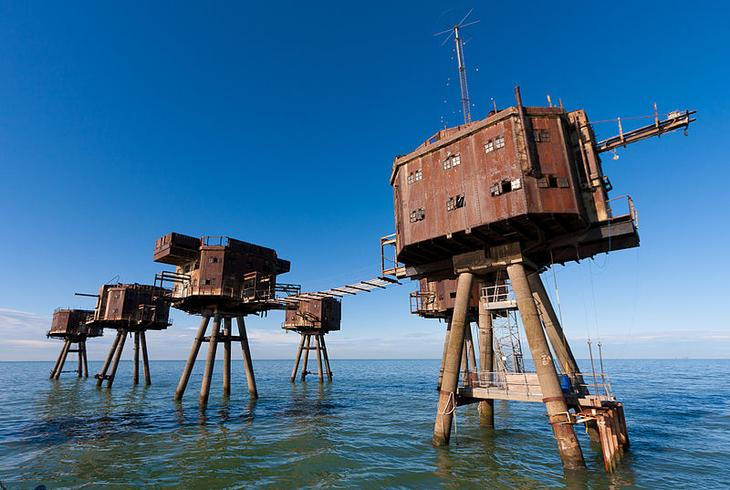 Морской форт Маунселл Англия Форт должен был стать надежнейшей защитой английского побережья от немецких подводных лодок. Пушки, расположенные в шести башнях, демонтировали только в 1950 году, а сам форт начал потихоньку погружаться под воду.