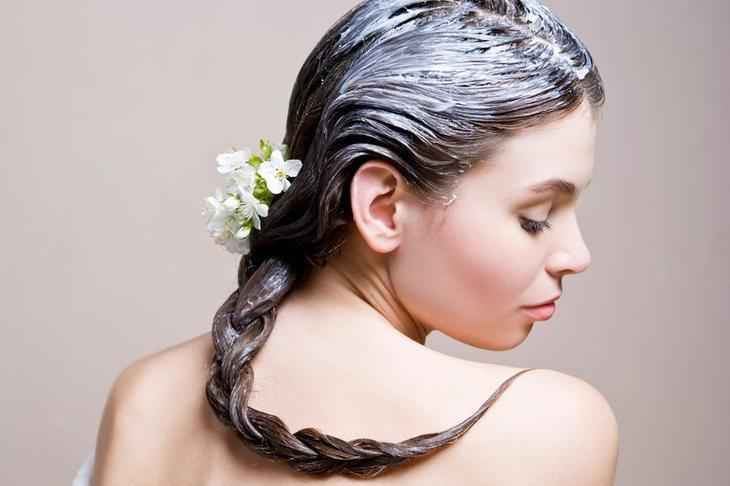 Девушка с питательной маской на волосах