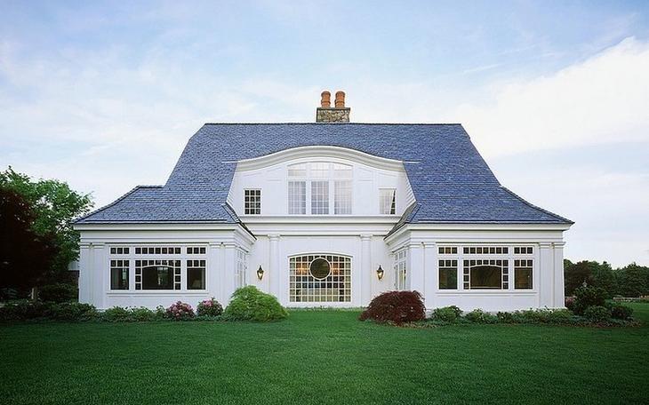 Классический американский дом белого цвета с роскошными деталями интерьера