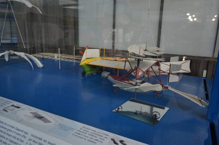 Первые летательные аппараты тяжелее воздуха задумывались в виде вертолетов. Этот, например, был изобретен еще в 1843 г.