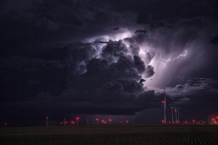 Гроза, молнии и ветряки в Канзасе