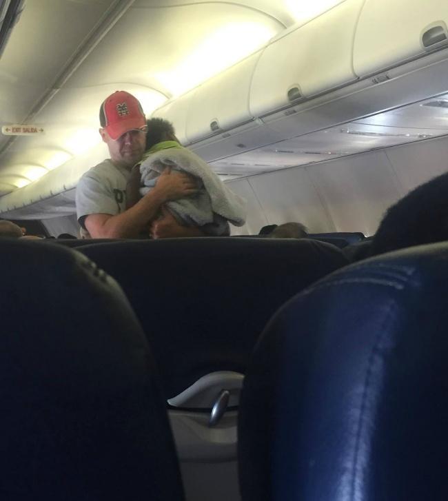 Мама никак не могла успокоить сына в самолете, но тут вмешался случайный пассажир