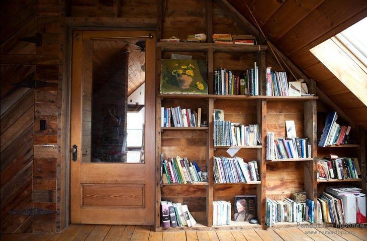 С умом использованное место для хранения книг у мансардного окна