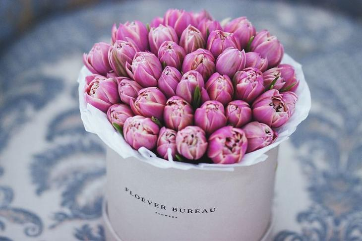 Эффектная коробка с букетом тюльпанов