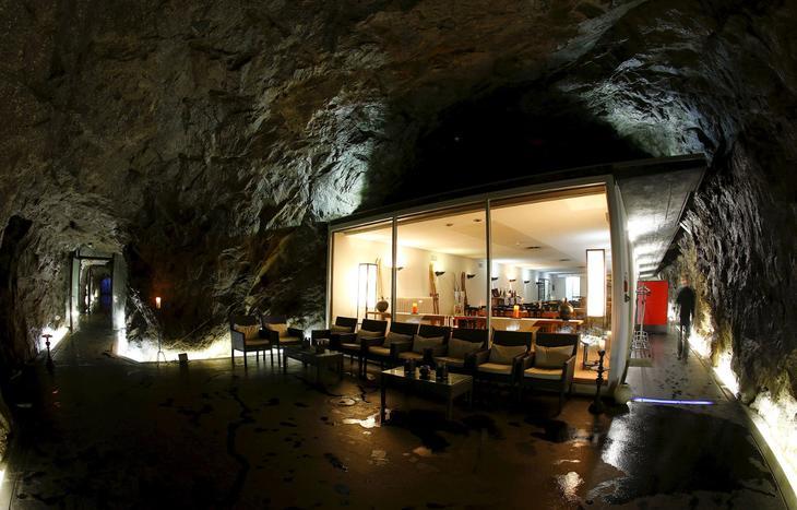 Отель в бывшем швейцарском армейском бункере на перевале Сен-Готард, Швейцария. (Фото Arnd Wiegmann | Reuters)