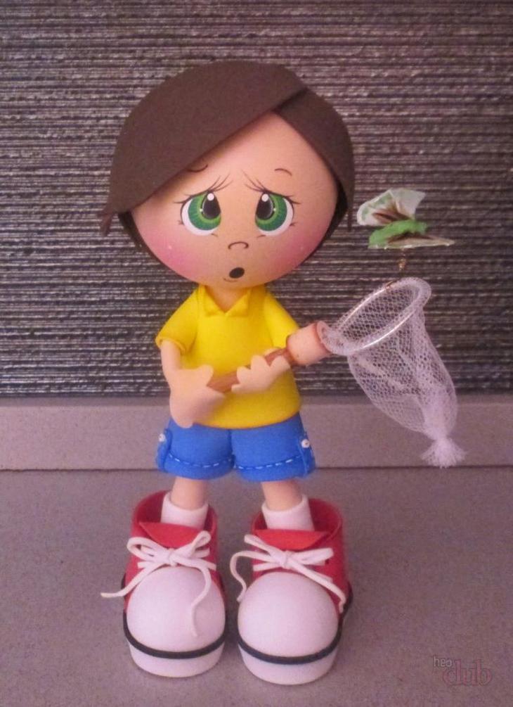 Подчас ботинки чуть ли не вполовину больше куклы из фоамерана
