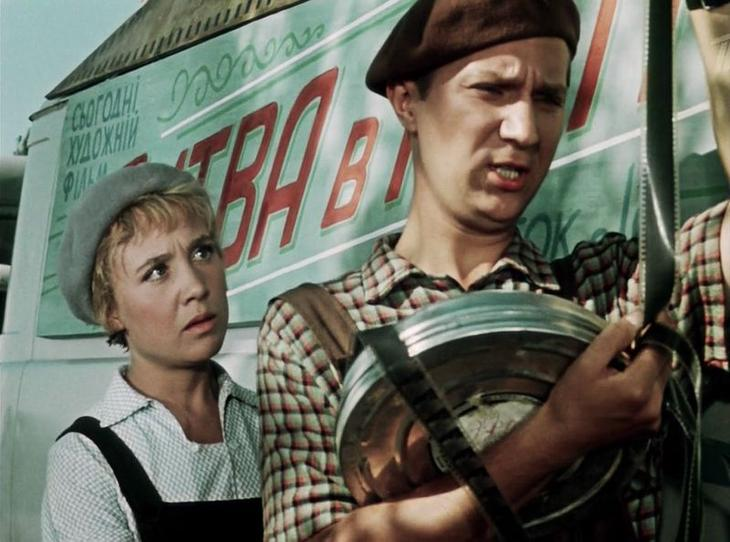 """А вот у него в руках 35-мм кинопленка. Хотя машина таже. Но и афиша другая - фильм """"Битва в пути"""" - вышел на экраны в 1961 году, режиссер Владимир Басов СССР, кино, королева бензокалонки"""