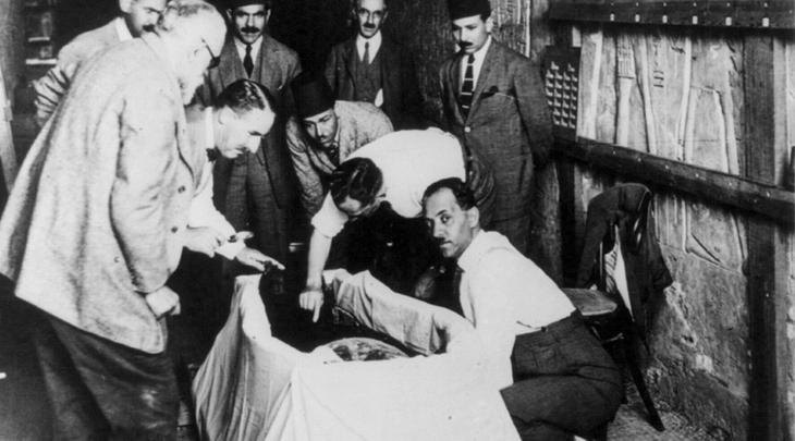 Внезапная гибель Итак, Карнарвон умер. Умер при крайне загадочных обстоятельствах,через два дня после того, как поднялся из гробницы на поверхность. Более того, на шее у британского аристократа коронер обнаружил шрам, идентичный тому, что находился на шее мумии фараона. Этот факт был задокументирован корреспондентом газеты «Дейли Мейл» Артуром Уэйгалл.