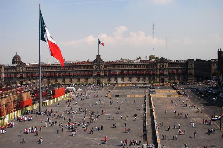Площадь Конституции в Мехико