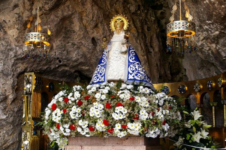 Фото достопримечательностей Испании: Статуя святой Богородицы, покровительницы Астурии, называемой Virgen de Covadonga