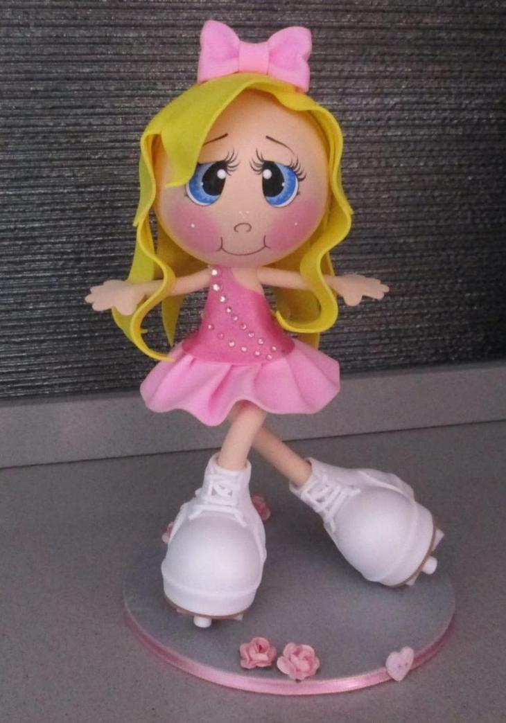Для изготовления тела куклы из фоамирана лучше использовать не ярко-розовый материал, а лист телесного цвета