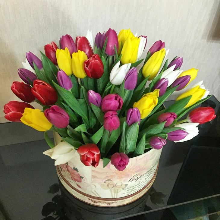 Коробка с разноцветными тюльпанами