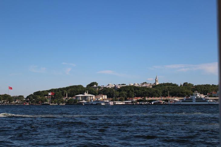 Вид на Топкапы с Босфора. Чуть позже будем махать вам ручкой во-о-он с того султанского балкончика