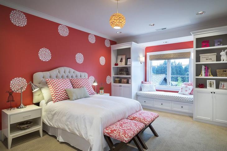 Белые нежные цветы на красной стене в спальне