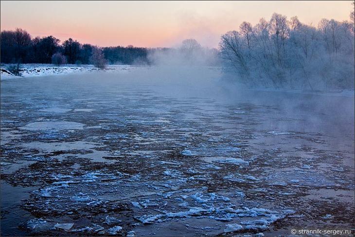 Морозный туман над рекой в зимнем лесу