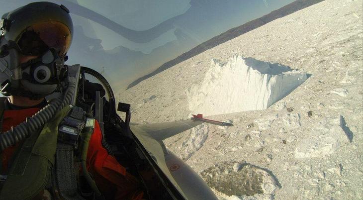 Danish Air Force F 16 pilot takes a selfie over Greenland during a training flight on Aug 5 2014 Люси в небе с алмазами: селфи пилотов самолетов