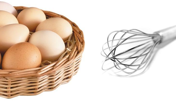 Венчик и яйца в корзинке