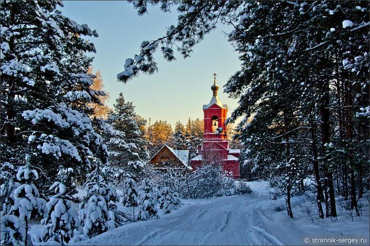 Церковь Казанской иконы Божией Матери в село Марково в зимнем лесу