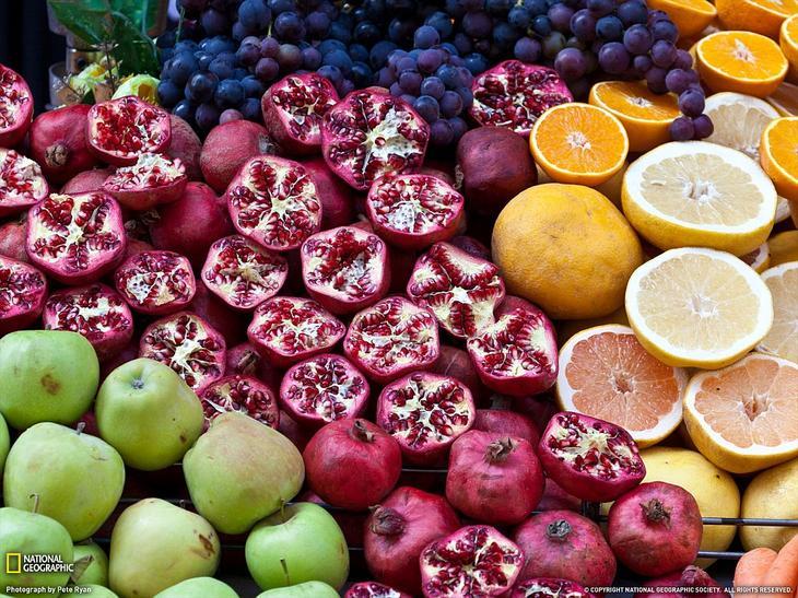 Разноцветные фрукты на рынке в Стамбуле