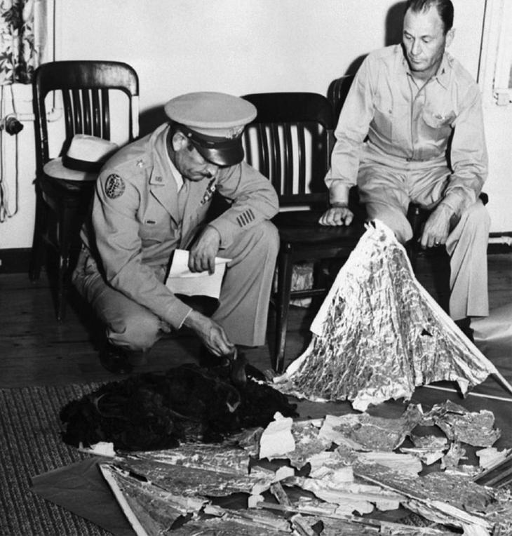 Генерал Рэмей (слева) и начальник его штаба полковник Томас Дюбоуз (сидит на стуле справа): в руке генерала телеграмма, которую удалось прочесть энтузиастам.
