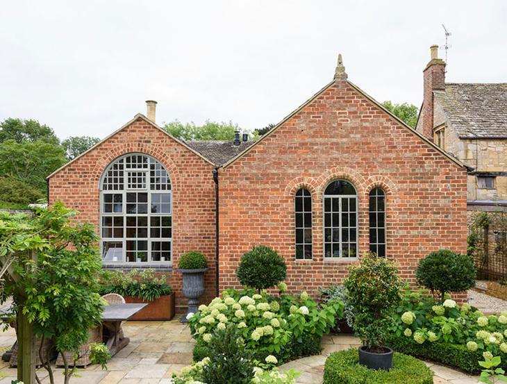 Светлый дом с очаровательным садом в здании бывшей школы в Англии
