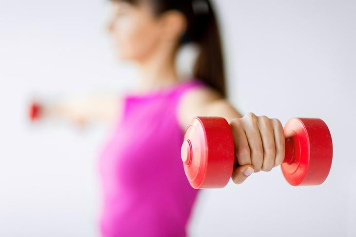Упражнения с гантелями для верхних конечностей