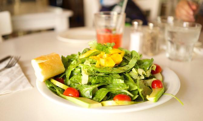 Весел и сыт: что можно съесть на поздний ужин