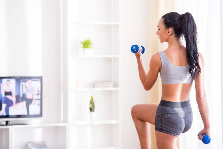 Тренируясь дома, вы легко можете улучшить форму рук