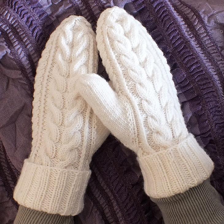 Теплые белые варежки с ажурным узором