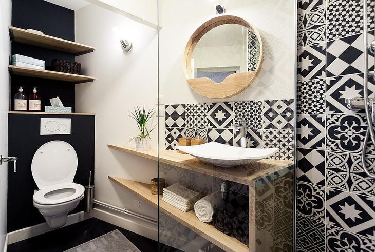 Черно-белый кафель со скандинавским орнаментом в ванной комнате повторяет кафель на кухне.