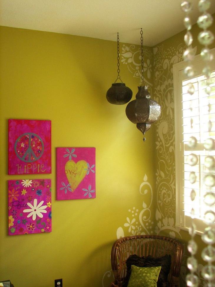 Угол в комнате оформлен трафаретным рисунком