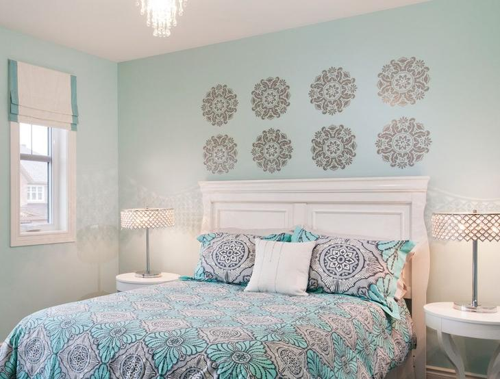 Рисунок можно расположить над изголовьем кровати в спальне