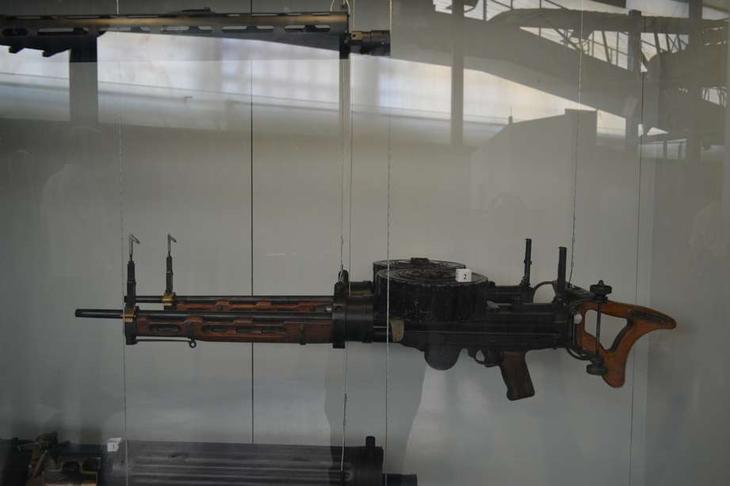 Некоторые французские самолеты-разведчики и бомбардировщики вооружались такими спаренными пулеметами «Льюис» с деревянным цевьём. Вообще «Льюисы» в том числе и для авиации выпускались в очень многих вариантах и многими странами. Их кое-где делали для авиации даже в конце II мировой войны