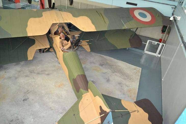 У летнаба в задней кабине самолета Бреге XIVA2 стоял спаренный «Льюис». Это была мощная штука, но на том, что она обеспечивала лучшую защиту, чем одиночный пулемет на английском D.H.4, преимущества французской конструкции, пожалуй, и заканчиваются