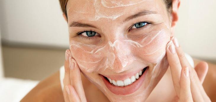 Обработки кожи скрабом перед домашней чисткой лица