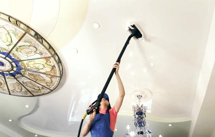 Чем можно помыть натяжной потолок?