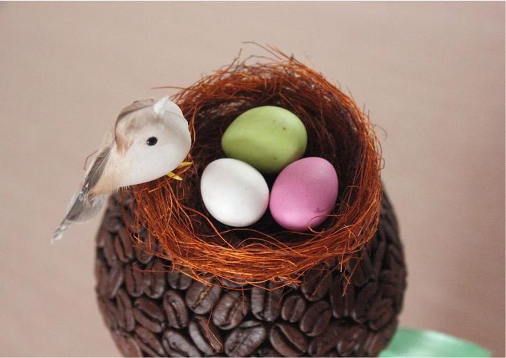 Дерево из кофейных зерен с гнездом и птицей