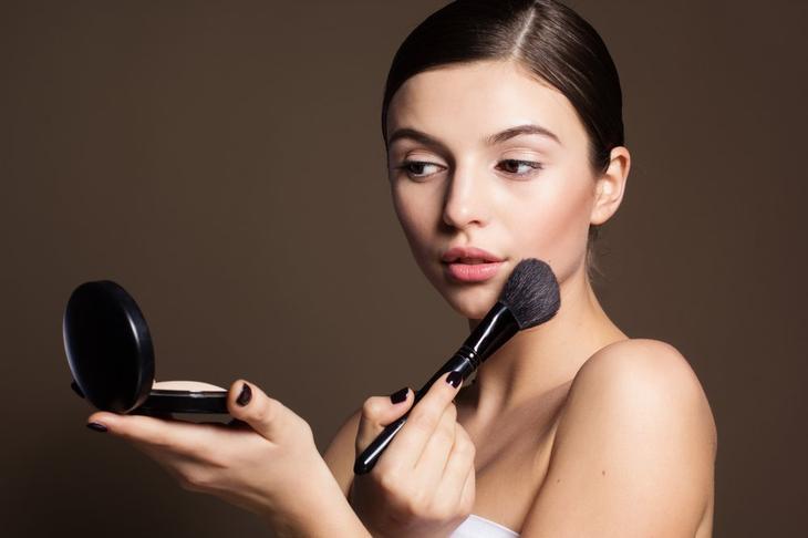 Частое припудривание кожи лица