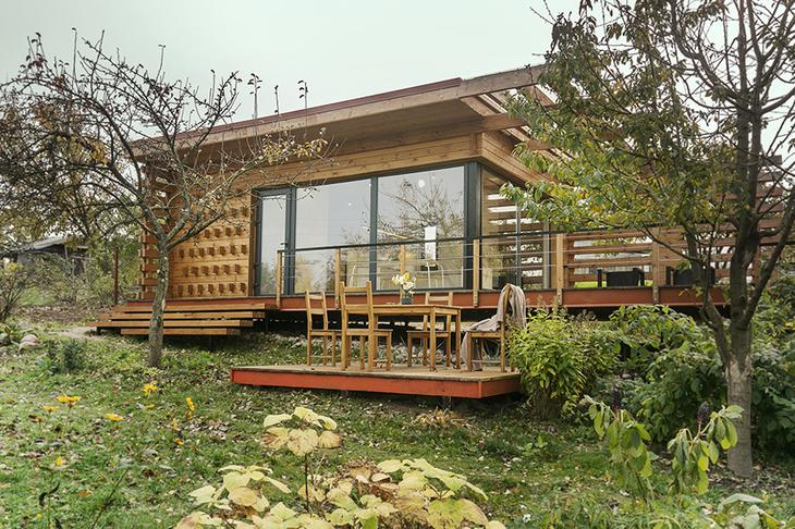 Дачный домик с террасой-капитанским мостиком и соломой внутри