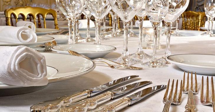 Правильная сервировка стола подчеркивает хороший вкус хозяйки дома
