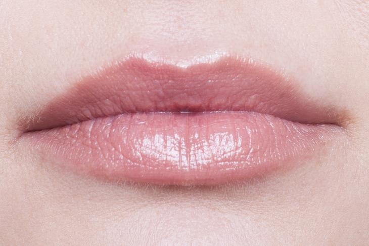 Ярко накрашенные губы зрелой самочки