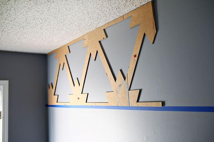 Расположите и закрепите трафарет на стене